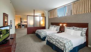 A bed or beds in a room at Le Square Phillips Hôtel & Suites