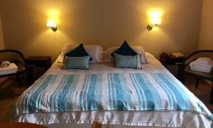 Una cama o camas en una habitación de Departamento con piscina