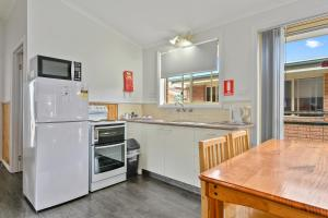 A kitchen or kitchenette at Masons Cottages