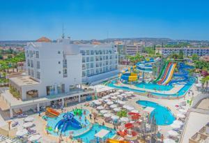 Вид на бассейн в Marlita Beach Hotel Apartments или окрестностях