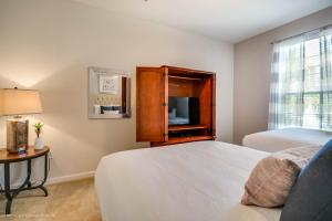 A bed or beds in a room at Orlando Comfort