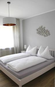 Ein Bett oder Betten in einem Zimmer der Unterkunft Strandhütte