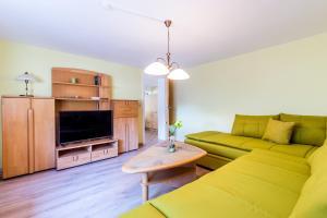 Ein Sitzbereich in der Unterkunft Ferienwohnung Andrea