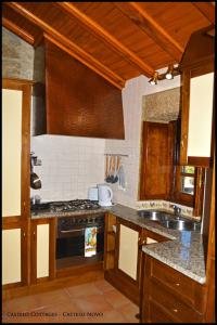 A kitchen or kitchenette at Castelo Cottages