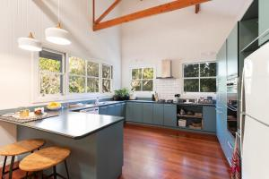 A kitchen or kitchenette at Jetty House