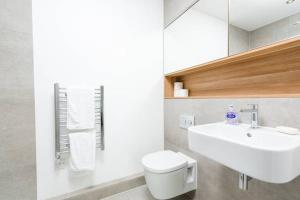 A bathroom at Luxurious London Apartment in the Sky (HH0)