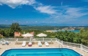 A view of the pool at Vila Casia or nearby