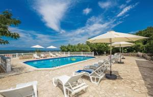 The swimming pool at or near Vila Casia