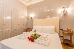 Un pat sau paturi într-o cameră la Luxury Campo De Fiori