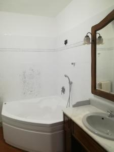 A bathroom at L'Antica Corte