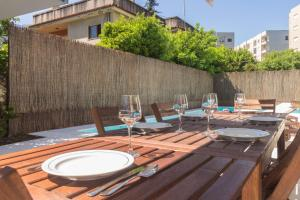A restaurant or other place to eat at Quinta de Infias, Moradia com Piscina no Centro de Braga