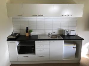 Кухня или кухненски бокс в Otematata Lakeside Apartments
