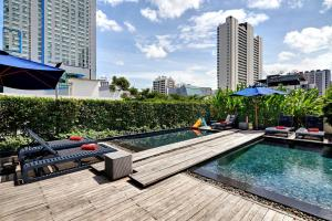 The swimming pool at or close to Fraser Suites Sukhumvit - Bangkok
