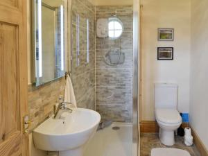 A bathroom at Lapwing Cottage