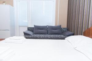 Кровать или кровати в номере Apartments Faraon on Gorkogo