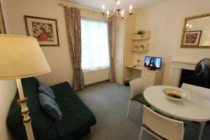 Un lugar para sentarse en Stay-In Apartments Queensway