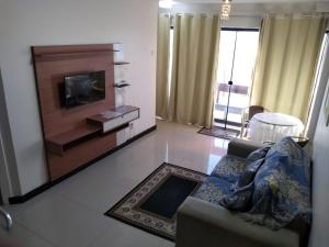 A television and/or entertainment centre at Flat Jardim de Alah