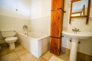"A bathroom at ""Steves Villas"" Villa ta Rosi"