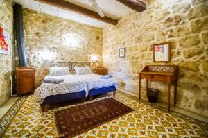 "A bed or beds in a room at ""Steves Villas"" Villa ta Rosi"