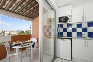 Кухня или мини-кухня в Résidence Odalys Primavéra