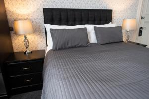 A bed or beds in a room at Grosvenor Suites