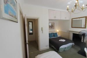 Кровать или кровати в номере Stay-In Apartments Queensway