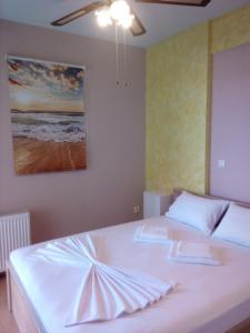 Кровать или кровати в номере Rafina Port Paradise