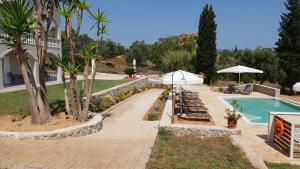 Het zwembad bij of vlak bij Hibiscus Suites