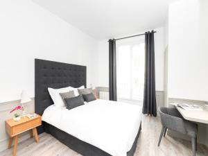A bed or beds in a room at LUXURY 4 BEDROOM PARIS CENTER