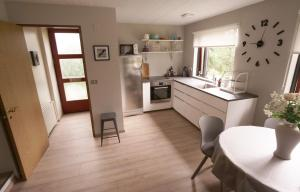 A kitchen or kitchenette at Manahlid Apartment