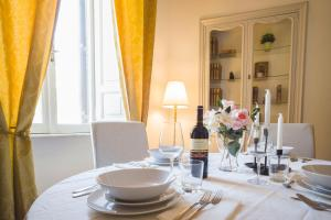 A restaurant or other place to eat at Leonardo Suite Navona
