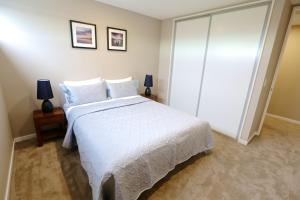 A bed or beds in a room at Golden Sun Apartment