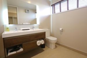 Kylpyhuone majoituspaikassa Golden Sun Apartment
