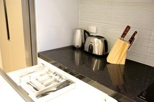 A kitchen or kitchenette at Golden Sun Apartment
