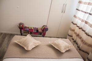 A bed or beds in a room at Apartman Dujmović