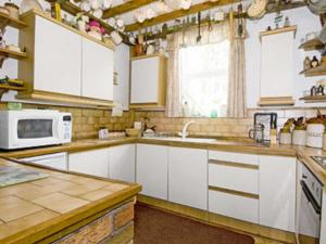 A kitchen or kitchenette at Chapel Cottage