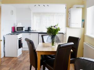 A kitchen or kitchenette at The Lodge