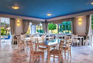 A restaurant or other place to eat at Hotel Marilen