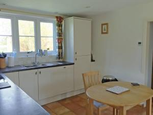 A kitchen or kitchenette at Hare Cottage