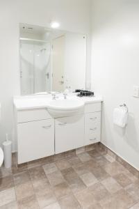 A bathroom at Courtenay Village