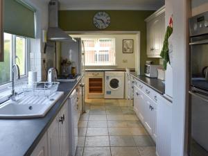 A kitchen or kitchenette at Elberry House