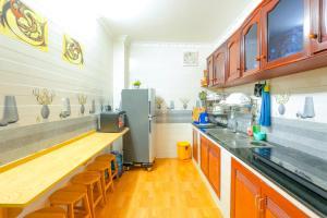 A kitchen or kitchenette at Amigo Homestay - Desert Scream