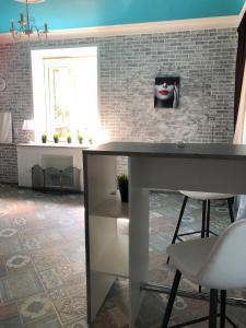 Кухня или мини-кухня в Apartment on Gertsena 87A