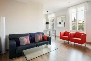 A seating area at Arago312 Apartments