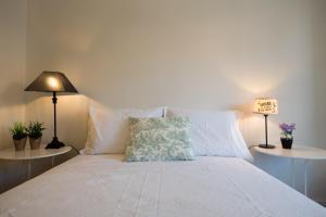 A bed or beds in a room at BEM PORTUGUÊS. Apartamento agradavel