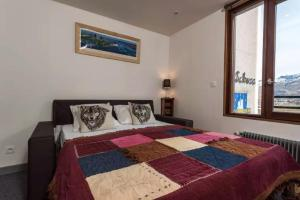 A bed or beds in a room at LE SCHUSS - Studio in the center of Tignes