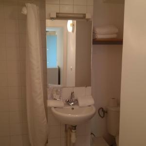 A bathroom at Bridgestreet marais - rue mondetour