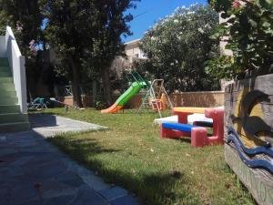 Plac zabaw dla dzieci w obiekcie Cormoranos Apartments