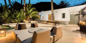 The lounge or bar area at Hacienda El Cardon
