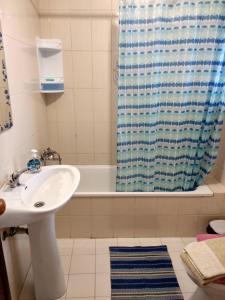 A bathroom at Casa Das Riscas Verdes